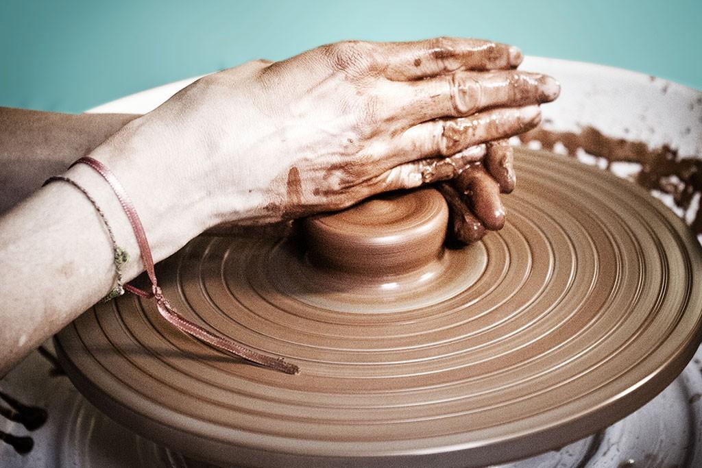 Sophie Cassar, entrain de tourner une tasse © verdisima.com